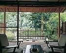 お庭付の渓流沿いのお部屋です。目の前の鶴仙渓が癒しの空間を演出します。