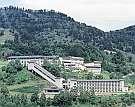 雄大な眺望と豊富な温泉に恵まれたリゾートホテル(夏全景)