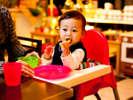 赤ちゃんのミルク用白湯をご用意します。離乳食はお持込みください。温めなど対応いたします。