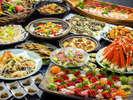 【スカイホール(本館)】和食バイキング 新鮮なお刺身や料理長こだわりの品々が並びます。