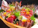 """新鮮さに自信!""""ピチピチ鮮魚""""を舟盛りで贅沢に!※写真は5人前の為、人数により差がございます"""