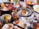 出汁が美味の地鶏鍋(11~3月)・地鶏の石焼(4~10月)は「極楽プラン」でのみ味わえます。