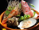 三陸産のとれたて新鮮なお魚を毎日仕入れております☆特別室のお料理活きのいい魚介を盛込みで