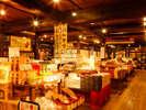 飛騨物産館「お土産コーナー」には飛騨のお土産がことろせましと!選ぶのが大変なほど。