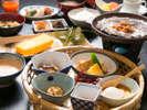 【朝食】品数豊富で朝からしっかりお召し上がりいただけます。ご飯はもちろん魚沼産コシヒカリ。