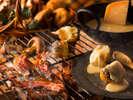【夕食ブッフェ・9~11月】鹿肉のベーコンや王様しいたけ、ポテトにはとろ~りチーズソースをのせて。