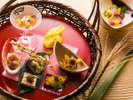 【会席・秋】前菜は、柿なますや北海道産秋鮭、大滝産しめじなど秋の旬食材を使った七種盛り。