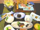 朝食メニューの全体例(1)※手長えびのお刺身、イカの三升漬けなど、地のものを使ったご朝食メニューです。