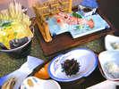 朝食メニューの全体例(2)※手長えびのお刺身、イカの三升漬けなど、地のものを使ったご朝食メニューです。