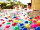 【夏季限定】約300個のスーパーボールが浮かぶ貸切露天風呂(一例)