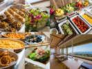 ビュッフェスタイルの朝食は約50種類から選べます。海を眺めながら、朝食をお楽しみ下さい。