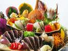 新鮮な旬魚と本場鰹の藁焼きたたきを豪快に盛り込んだ皿鉢料理。