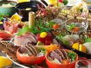 かつおのタタキと共に新鮮な旬魚の御造りを豪快に盛り付け。