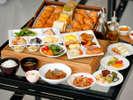和食・洋食を取り合わせたブッフェ形式での朝食をご用意。