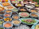 料理長の目と舌にかなった食材・料理のみ数十種類の品をバイキング方式でお出し致します。