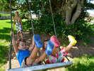 ■大きなガジュマルの木にはブランコやハンモックを設置。子供たちと一緒に楽しんでください。