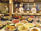 数々の料理が並ぶブッフェダイニング