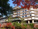 【外観:秋】昨年は11月中旬頃、紅葉となりました。四季折々のご滞在をどうぞ。