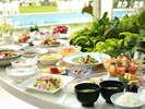 朝食バイキングでは、北海道の食材を豊富に使用した和・洋全55品以上をお楽しみいただけます。