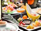 【冬の懐石】前菜一例/季節を彩る前菜は、北海道産サーモンかぶらマリネ、麓三島産 法蓮草辛し浸し 他