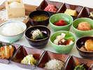旬の素材を使った和食の数々、兵庫県産のご飯やみそ汁など)