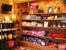 レンタルゆかたコーナーには、約100枚のお洒落ゆかたや、帯や巾着・ゆかたカゴなど取り揃えております。