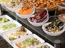 目にも鮮やかな色とりどりのサラダ。和・洋・中をとり揃えた朝食ブッフェは別途2,800円(税サ込)で。