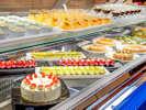 【コスモス(夕食)】まるでケーキ屋さんのようなデザートコーナー