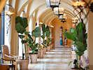 沖縄でも珍しいスパニッシュコロニアル様式の異国情緒あふれる建物☆南欧風リゾートの寛ぎをお届け