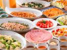 """手作りのお豆腐や、特製の""""松本楼カレー""""など地元の食材にこだわった、朝食をお楽しみください"""