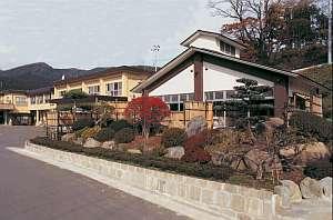 川沿いに建つ昔ながらの温泉旅館