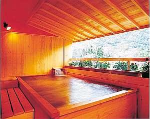 温泉の注がれる青森ヒバの露天風呂