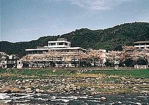 せせらぎが心地良い三徳川に沿って建つ湯めぐり宿