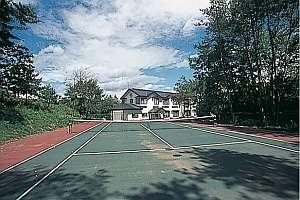 宿の前には全天候型のテニスコート