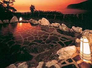 男女別露天風呂からは海が眺められる。夕暮れ時はキレイ
