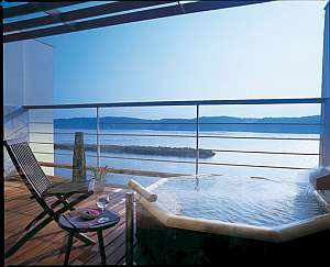 対岸から上る朝日を浴びての入浴もオススメ