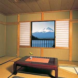 目の前に湖越しの富士山が!