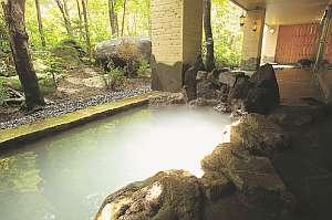 自然と一体となった岩風呂。季節によって風景が変わる