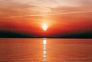 海にゆっくりと沈む夕日は格別です。