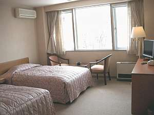 清潔でゆったりの洋室からも富士を一望-セミダブルベッドでおやすみください