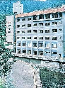 鶯鳴橋のたもとに佇む6階建ての宿