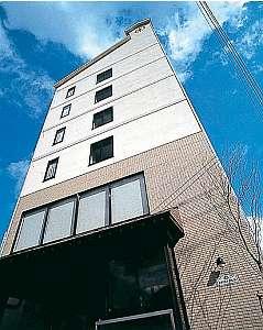 こんぴら中心部・金倉川沿いに建つホテル