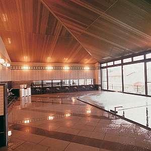 敷地内の源泉から沸く湯が注ぐ男女別大浴場