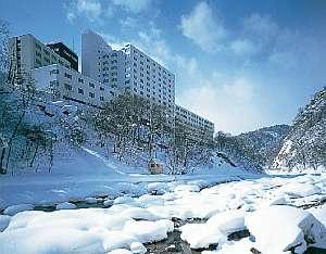 【季節・冬】真っ白な雪景色を見下ろす高台に立つ老舗の宿。