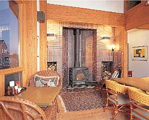 暖かい暖炉のあるレストラン