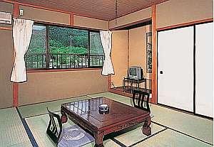 落ち着いた客室 窓からは秩父の自然を満喫できる