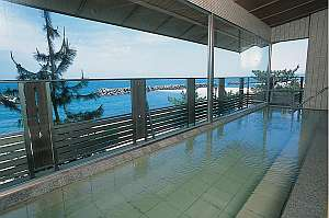 天然温泉かけ流しの大浴場「美保の湯」。拡がる景色は一面の【海】♪