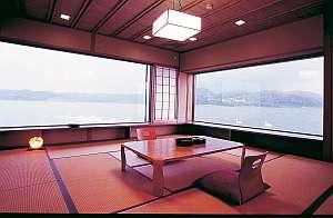 部屋一例。広々としたお部屋は大人数にも対応可♪大きな1枚張りの窓からは東郷湖の絶景が広がります。