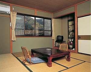 客室。窓の外は秩父の山々の四季折々の姿を眺められる