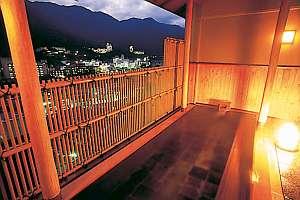 下呂温泉の夜景を一望できる桧の露天風呂